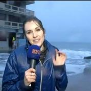 Saint-Malo: Fanny Agostini arrosée par une vague en plein direct