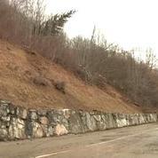 Route bloquée en montagne: comment de si gros rochers peuvent se détacher?