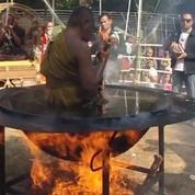 Un moine bouddhiste médite dans de l'huile bouillante