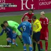 Un gardien évacue un joueur