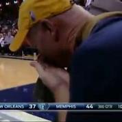 Frustré, un joueur de NBA s'en prend à une caméra