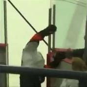 Un joueur de hockey ridicule au moment de sortir de la glace