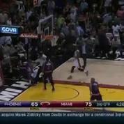 Deux joueurs de la NBA se croient sur un ring