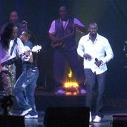 Omar Sy danse sur scène avec