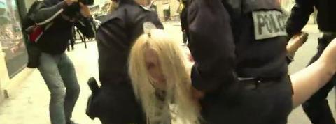 Des Femen manifestent seins nus devant l'Elysée