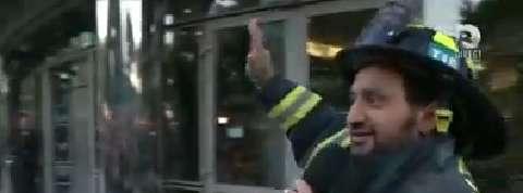 Cyril Hanouna arrive à TF1 dans un camion de pompiers