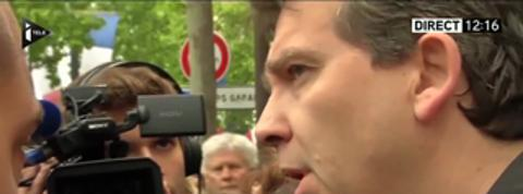 Montebourg interpellé sur les Champs-Elysées