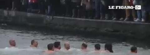 Des chrétiens orthodoxes se baignent dans de l'eau glacée pour l'Épiphanie