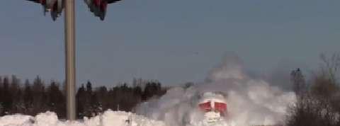 L'incroyable percée d'un train dans la neige
