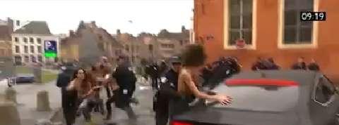 Procès du Carlton : des Femen montent sur la voiture de DSK