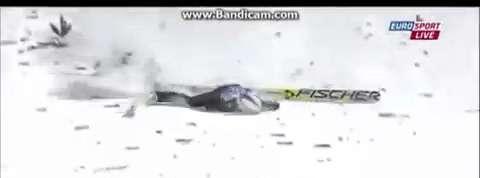 Une chute impressionnante d'un Suisse en saut à ski