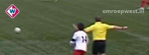 Un joueur de foot se fait casse le nez par l'arbitre